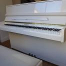 weißes, gebrauchtes Klavier