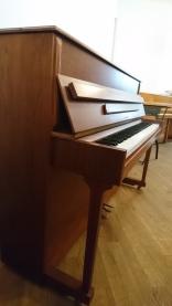 Seitenansicht Klavier Samick Nussbaum