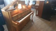 Klavier mit Lampen