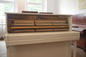 gerbauchtes_weißes_klavier